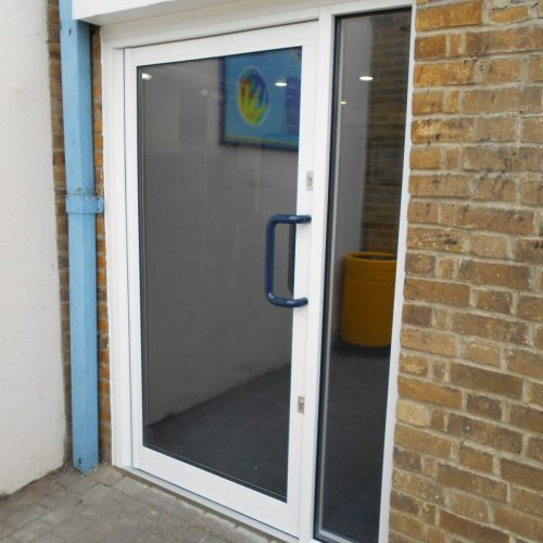 Single aluminium door with side screen
